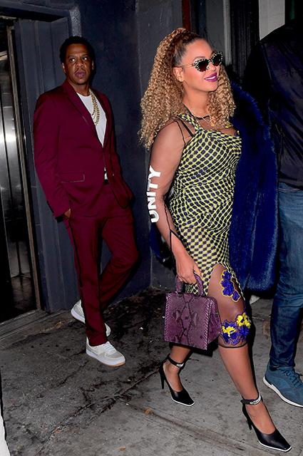 Малиновый пиджак и платье в шашечку — Бейонсе и Джей Зи удивили своими нарядами. Фото