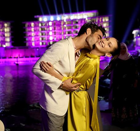 Белла Хадид в желтом платье Fendi страстно обнималась с незнакомцем на рауте в Дубае! Фото