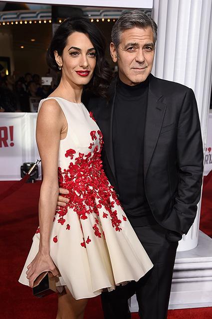 Амаль и Джордж Клуни, во время перелета с близнецами, раздали всем наушники с шумоподавлением!