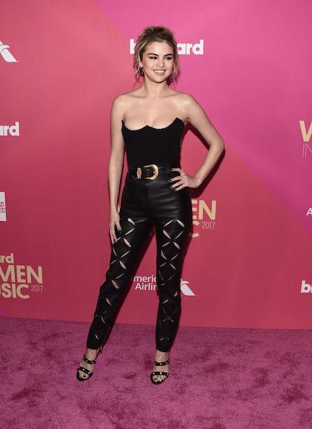 Селена Гомес в кожаном комбинезоне стала главной сенсацией вечера Billboard. Фото