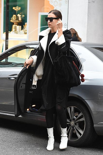 Молодая мама Ирина Шейк предпочитает гулять по Лондону без макияжа. Фото