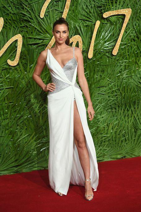 Ирина Шейк в гламурном платье Versace покорила длиной ног на The Fashion Awards-2017. Фото