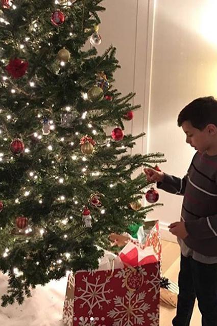Семейная идиллия: Дженнифер Лопес и Алекс Родригес вместе с детьми нарядили елку. Фото