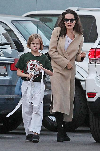 Анджелина Джоли в лаконичном пальто превратилась из голливудской дивы в обычную маму. Фото