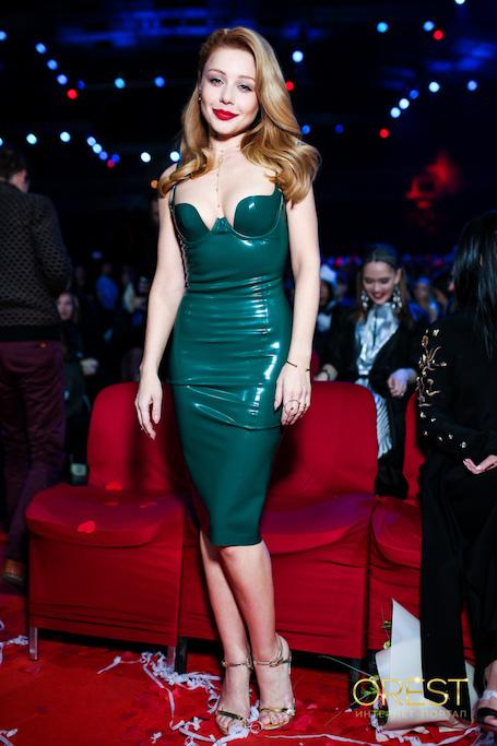 Тина Кароль завораживает формами в изумрудном латексном платье с декольте. Фото