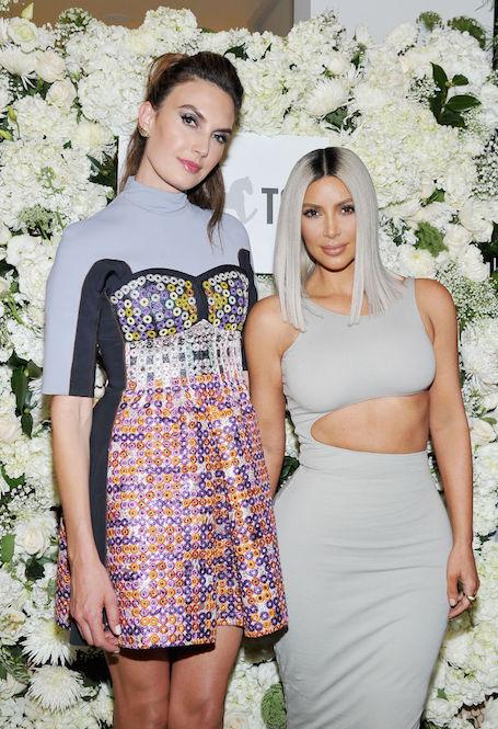 Облегающее платье с вырезом едва выдержало напор бюста Ким Кардашьян. Фото