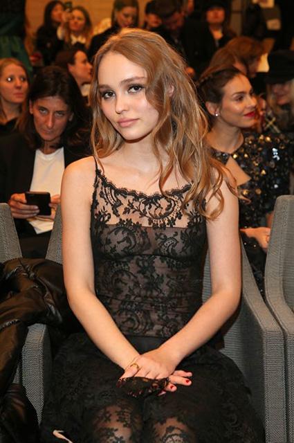 Это провал: Лили-Роуз Депп выбрала слишком откровенное платье для показа Chanel! Фото