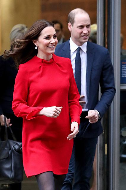 Беременная Кейт Миддлтон обескуражила модным образом с красным мини-платьем! Фото