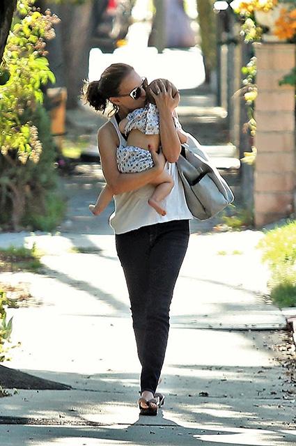 Натали Портман с 8-месячной дочерью Амалией — просто копии друг друга! Фото