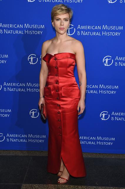Скарлетт Йоханссон в платье Saint Laurent впервые вышла в свет с новым бойфрендом. Фото