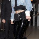 Джиджи Хадид в брюках со шнуровкой и ботинках Dr. Martens сразила Лондон наповал! Фото