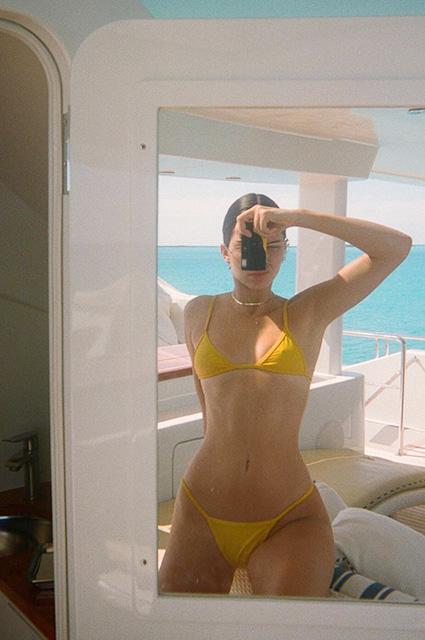 Кендалл Дженнер в желтом бикини обескуражила отсутствием пышного бюста. Фото