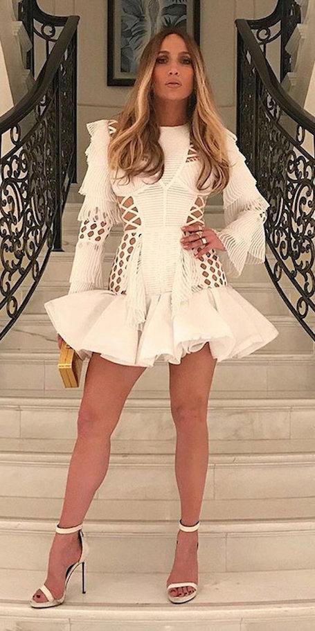 Дженнифер Лопес в пышном мини-платье Balmain выглядит сверх сексуально! Фото