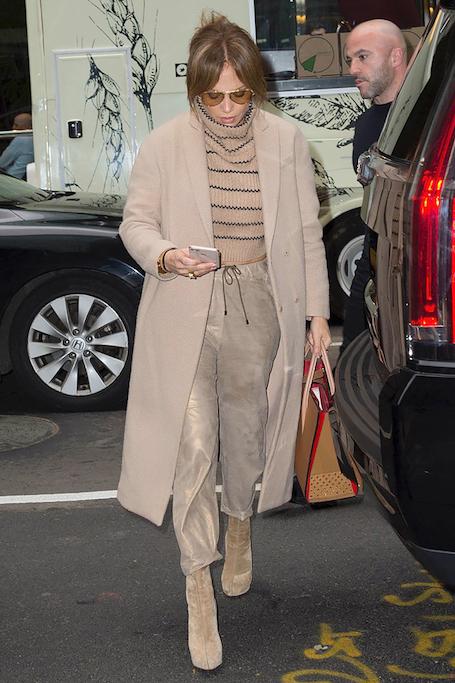 Дженнифер Лопес в наряде Christian Louboutin щеголяет по Нью-Йорку. Фото