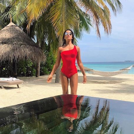 Дива на Мальдивах: Санта Димопулос соблазняет фигурой в ярких бикини! Фото