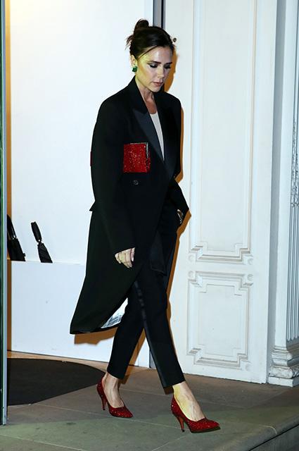 Королева элегантности: Виктория Бекхэм показала сногсшибательное пальто-фрак. Фото