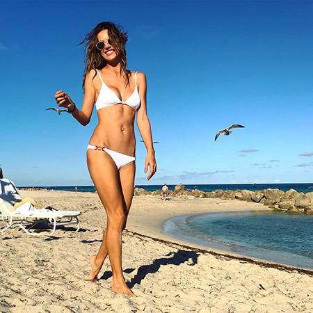 Алессандра Амбросио в белом бикини сразила публику совершенной фигурой. Фото