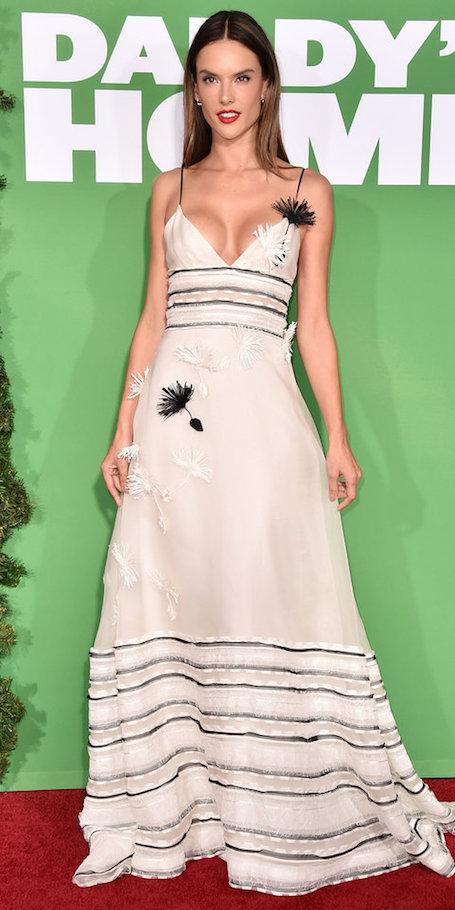 Красное и черное: Алессандра Амбросио представила два шикарных платья в пол. Фото