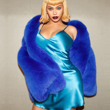 Бейонсе в голубом парике подчеркнула пышные бедра обтягивающими леггинсами. Фото