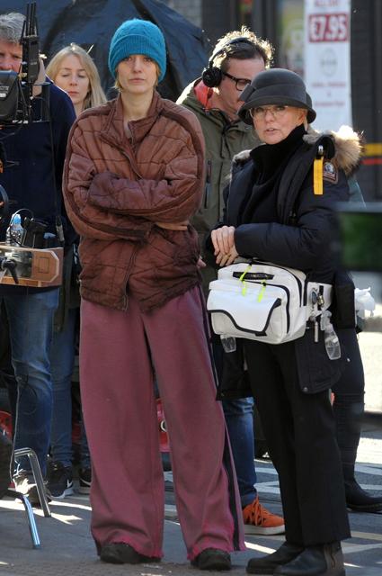 Блейк Лайвли невозможно узнать в нелепо подстриженной женщине без макияжа. Фото