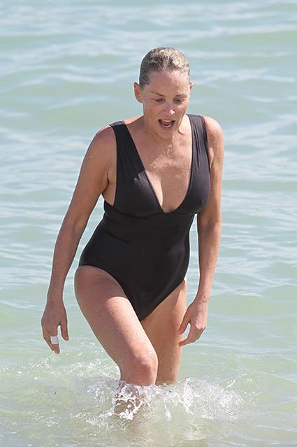 59-летняя Шэрон Стоун не боится демонстрировать фигуру в бикини! Фото