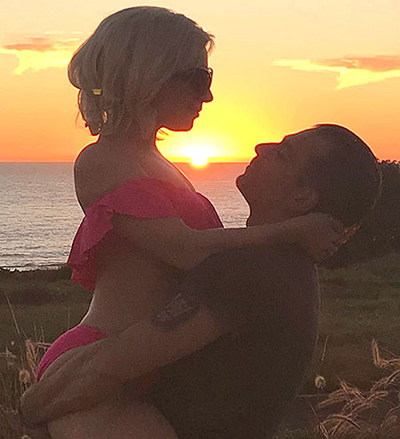 Леди Гага и Кристиан Карино помолвлены, но сыграть свадьбу им мешает диагноз певицы