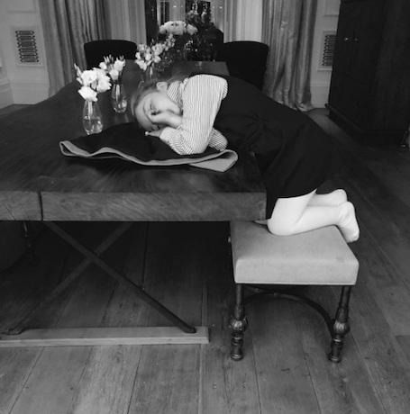 Виктория Бекхэм растрогала фанатов снимком Харпер, уснувшей на стуле. Фото