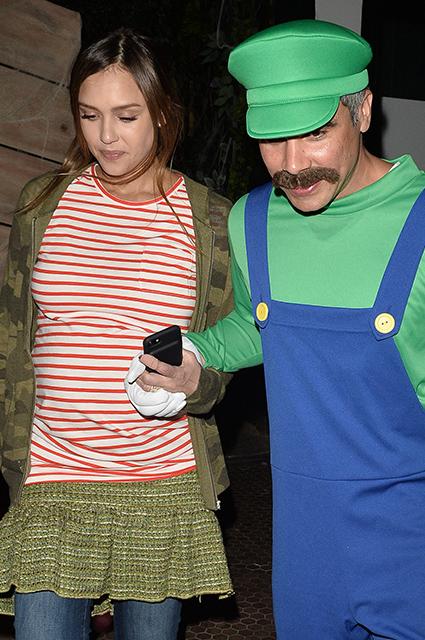 Беременная Джессика Альба шокировала выбором костюма для Хеллоуина! Фото