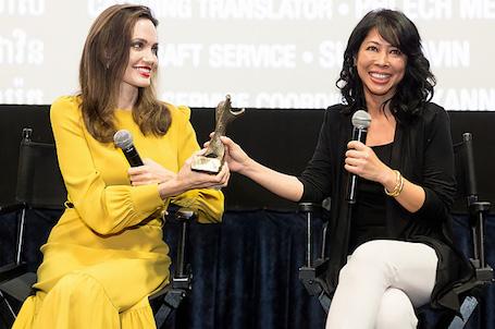 Анджелина Джоли в желтом платье с рюшами получила награду за свой фильм. Фото
