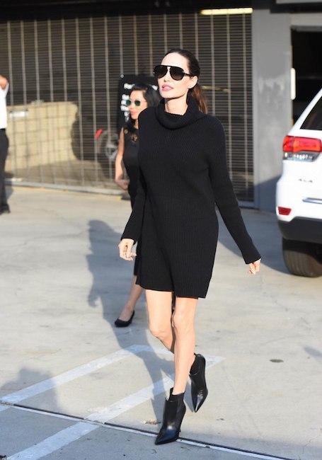 Анджелина Джоли похвасталась длинными ножками в сексуальном мини-платье. Фото