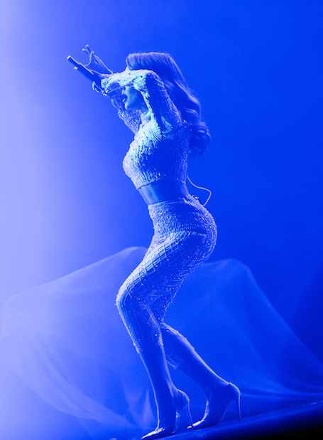 Тина Кароль соблазняет формами в полупрозрачном костюме со стразами в стиле Джей Ло! Фото