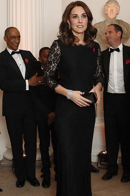 Беременная Кейт Миддлтон в черном кружевном платье подчеркнула свой живот. Фото