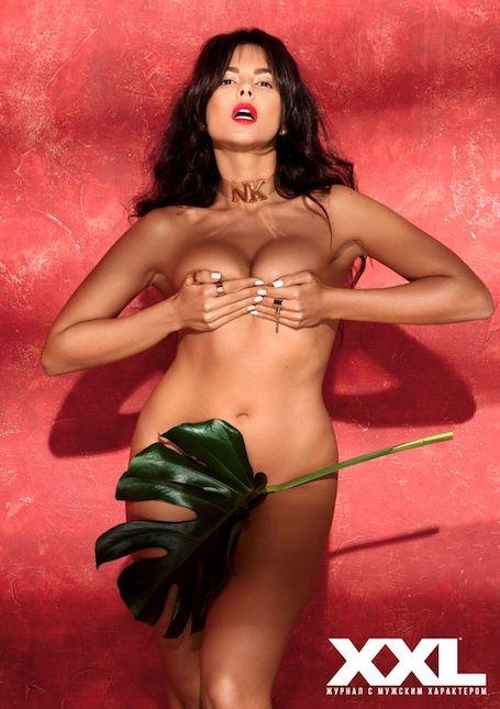 Нагая Настя Каменских прикрыла свои прелести лишь одним зеленым листочком. Фото