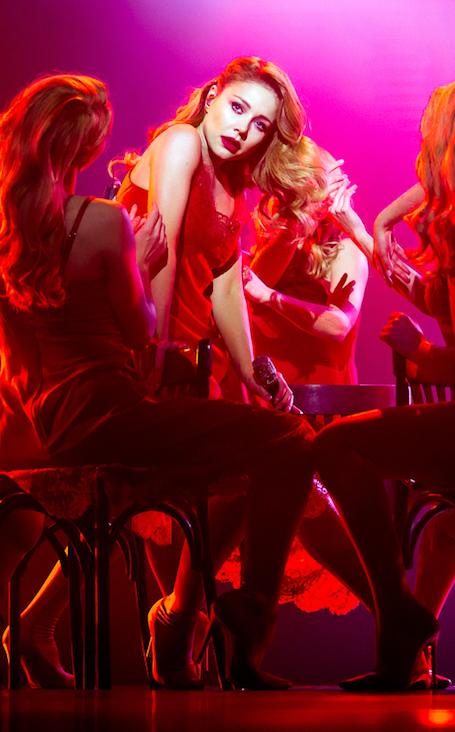 Искушающая красота: Тина Кароль в алом платье-неглиже на шоу в Киеве. Фото
