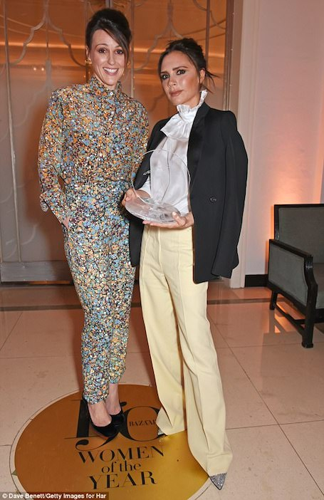 Виктория Бекхэм в лимонных брюках и блузе с жабо появилась на премии Женщина года. Фото