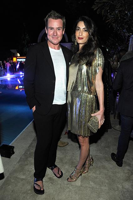 Амаль Клуни в сверкающем мини-платье блистала на вечеринке в Лос-Анджелесе. Фото