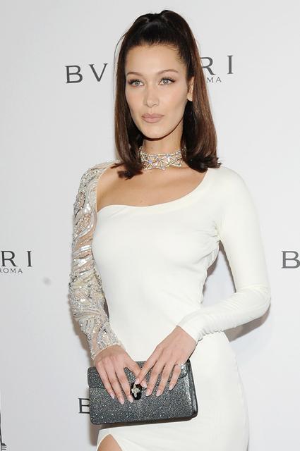Белла Хадид появилась в эффектном белом платье с кристаллами на рауте Bvlgari. Фото