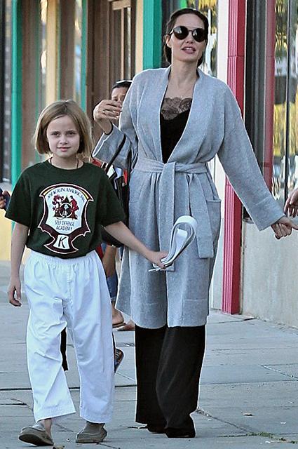 Анджелина Джоли с младшей дочерью Вивьен пленили всех на совместной прогулке. Фото