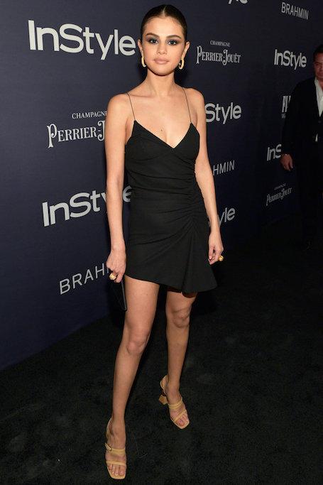 Селена Гомес в черном мини-платье Jacquemus покорила длиной ног на премии InStyle. Фото