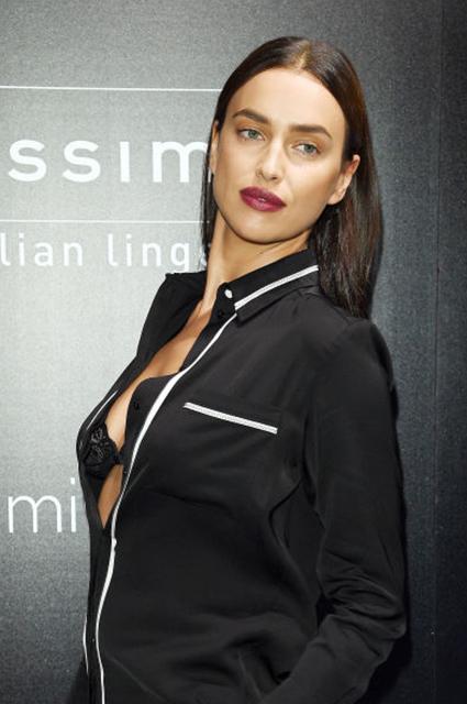Ирина Шейк пришла на открытие бутика в дерзкой пижаме и кружевном бра. Фото