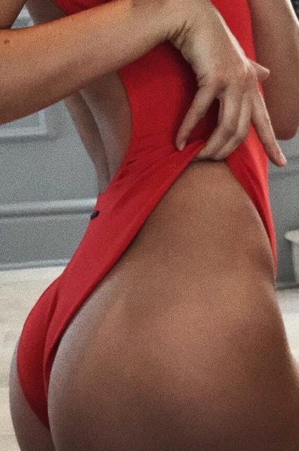 Кендалл Дженнер похвасталась роскошной фигурой в красном купальнике. Фото