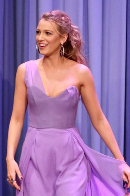 Нежная нимфа: Блейк Лайвли в лиловом платье с декольте поразила всех на тв-шоу. Фото
