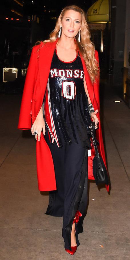 Блейк Лавли в элегантном платье и спортивном топе произвела фурор своим нарядом. Фото