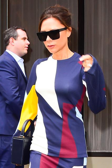Виктория Бекхэм ослепительно прекрасна в новомодном наряде с принтом. Фото
