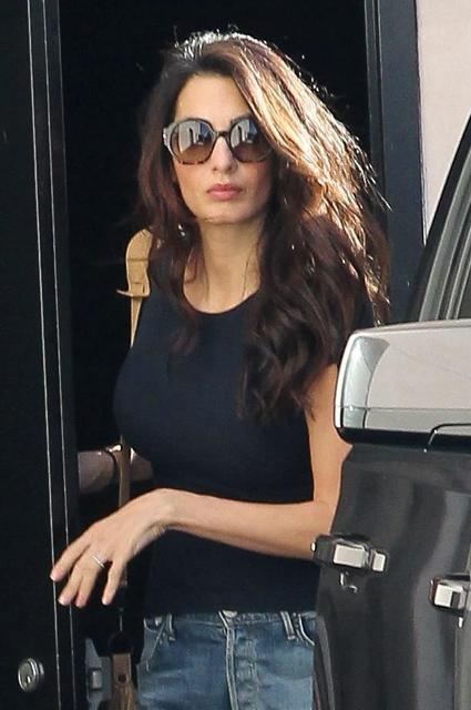 Амаль Клуни в серебряных ботинках на платформе и рваных джинсах изумила всех! Фото
