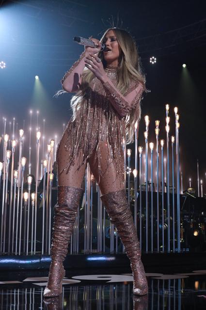 Дженнифер Лопес за один концерт примерила шесть ультрадерзких костюмов. Фото