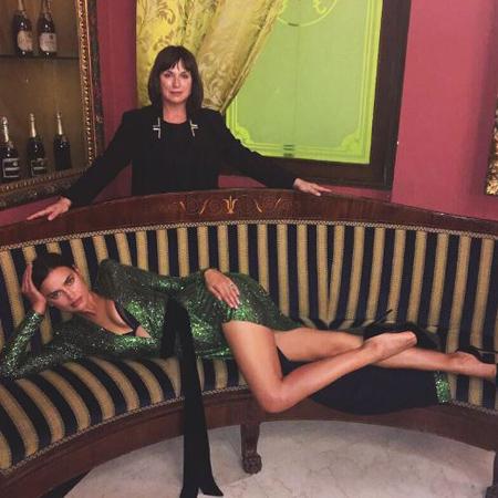 Ирина Шейк похвасталась змеиной грацией в облегающем платье с разрезом от бедра. Фото