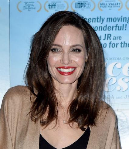 Анджелина Джоли флиртовала и кокетничала с публикой на премьере фильма. Фото