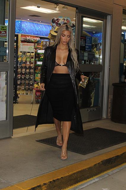Ким Кардашьян в прозрачном бра не стесняется гулять по ночным улицам. Фото