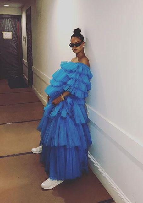 Рианна возмутила Сеть невероятно пышным платьем цвета небесной лазури. Фото